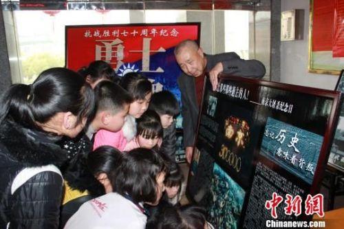 李连荣在向双清区实验一小师生介绍抗战历史。 张雪珊 摄