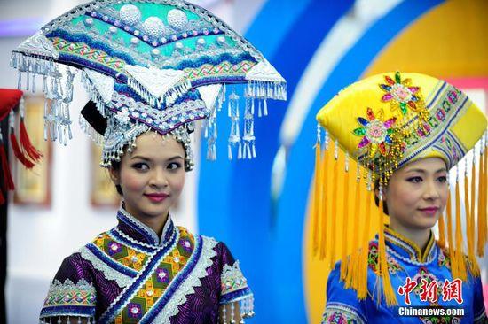 5月14日,第十一届中国(深圳)国际文化产业博览交易会在会展中心开幕,中国少数民族服饰展会上靓丽绽放。图为广西壮族服饰。