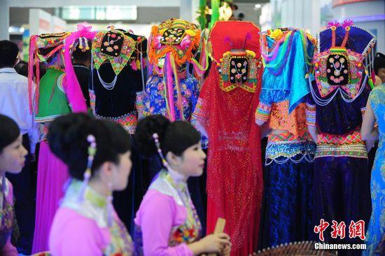 5月14日,第十一届中国(深圳)国际文化产业博览交易会在会展中心开幕,中国少数民族服饰展会上靓丽绽放。图为彝族头饰。