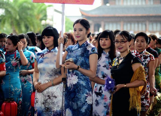 全球15万女性同秀旗袍 挑战吉尼斯世界纪录