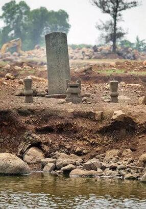 水库底露出古墓葬群