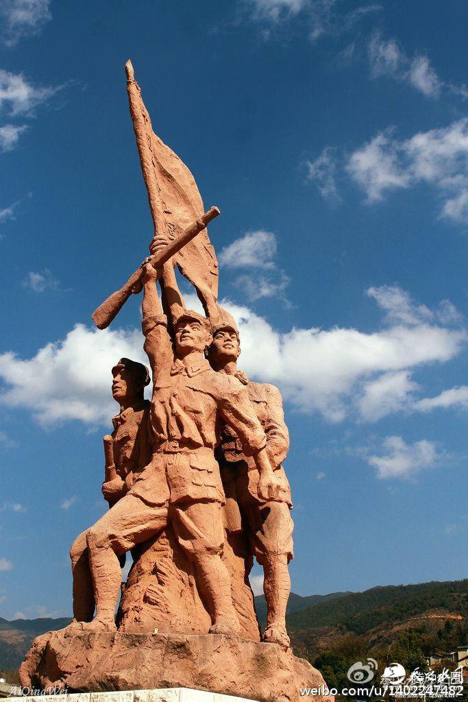 丹桂村广场红军塑像。