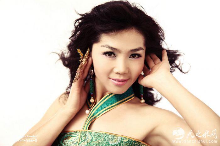 天之水网专访《歌在飞》演唱者内蒙古美女歌手苏勒亚其其格(图文视频)