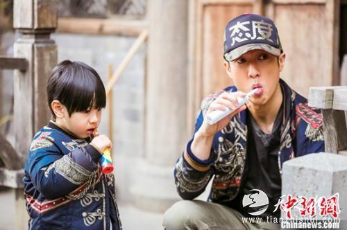 吴尊和儿子Max一起刷牙
