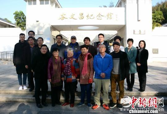 电视剧《谷文昌》剧组代表、谷文昌五个子女等嘉宾在谷文昌纪念馆前合影。 张金川 摄