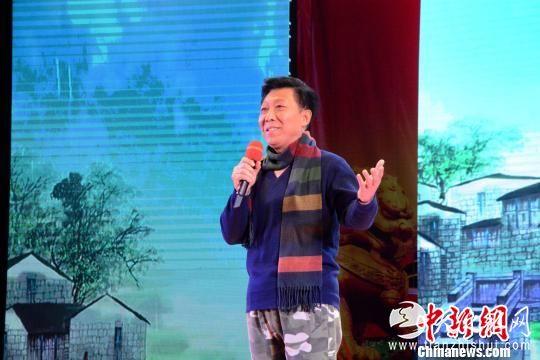 国家一级演员韩童生朗诵《雨巷》《念奴娇。赤壁怀古》。 张金川 摄