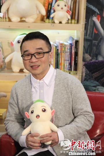 导演许诚毅在采访中不断要求媒体用四川话提问,同时还笑称,胡巴爱吃火锅、爱打麻将,非常适合成都的生活。 林冬梅 摄