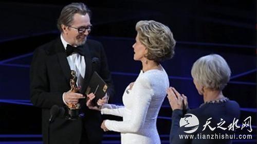 加里•奥德曼(Gary Oldman)凭借在《至暗时刻》中的出色表演,获得第90届奥斯卡最佳男主角