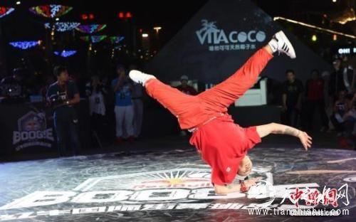 街舞舞者在表演高难度动作。a target='_blank' href='http://www.chinanews.com/'中新社/a记者 王珊珊 摄