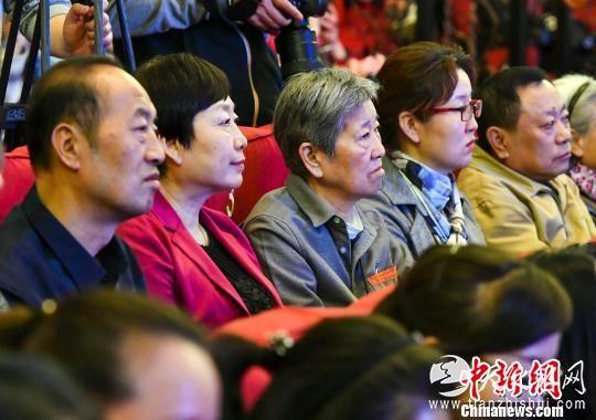王蔚的家属亲朋观看首映式。 刘新 摄