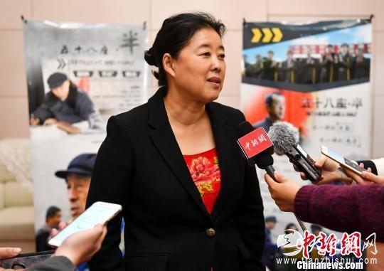 影片《五十八座·半》导演董玲接受媒体采访。 刘新 摄