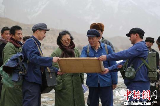 剧照:王蔚在昆仑山深处勘察乌鲁瓦提水库建设地址。 剧组供图 摄
