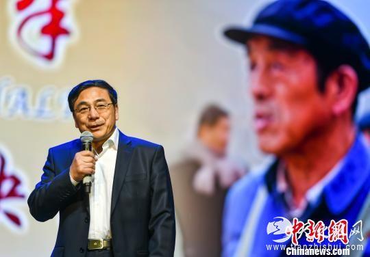 中国新闻社新疆分社社长、电影《五十八座·半》出品人李德华在首映式上,讲述该影片的拍摄初衷。 刘新 摄