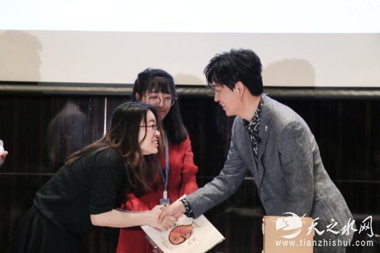 潘粤明在生日会上与粉丝互动。图片来源:潘粤明工作室