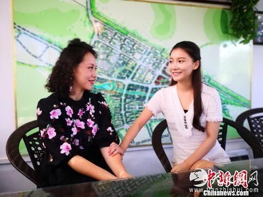 """第二代""""刘三姐""""何雁云和饰演姚山妹的年轻演员孙余交谈 刘雷 摄"""