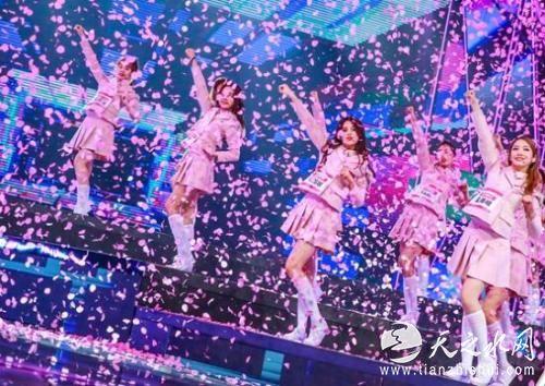 女孩们在舞台上卖力表演 图片来源:视频截图