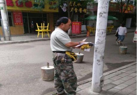 进步巷社区开展清理小广告活动