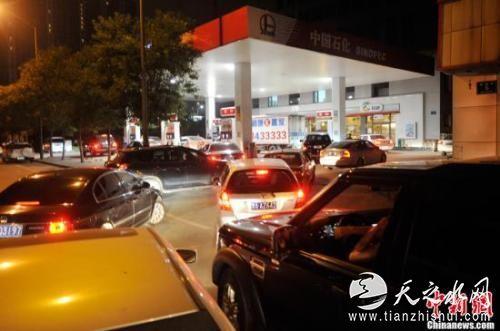 资料图:山西太原一加油站内,私家车主排队加油。<a target='_blank' href='http://www.chinanews.com/'>中新社</a>发 韦亮 摄