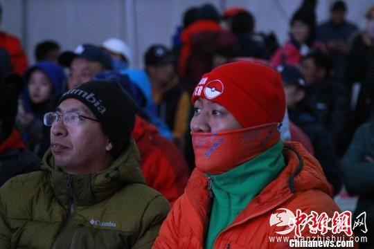 图为登山爱好者观看影片。 赵朗 摄