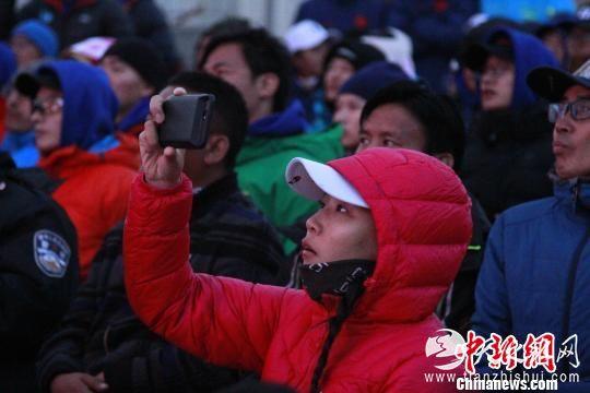 图为户外爱好者用手机记录影片。 赵朗 摄