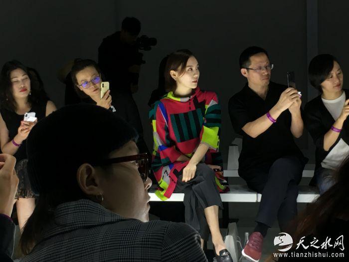 3.吕佳容现身上海时装周