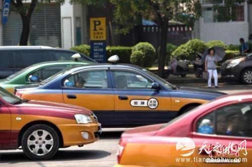 资料图:街上行驶的出租车。 <a target='_blank' href='http://www.chinanews.com/' >中新网</a>记者 金硕 摄