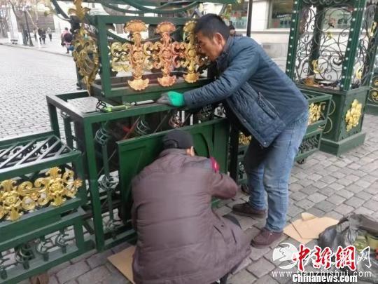 工作人员正在清洗红漆。 刘锡菊 摄