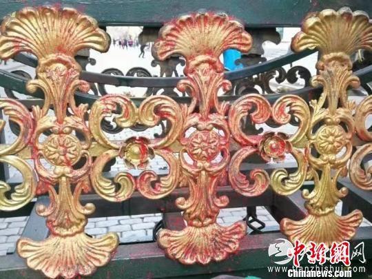 被破坏的装饰物。 刘锡菊 摄