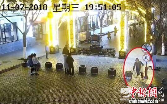 监控视频显示一男子泼红漆。 刘锡菊 摄
