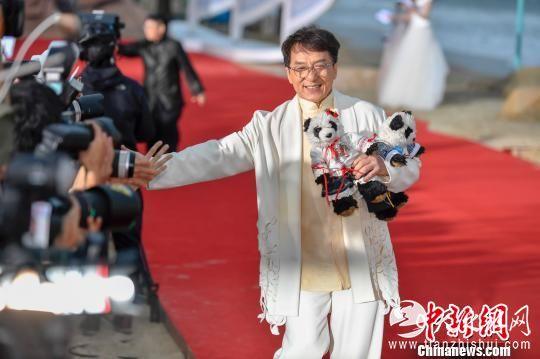 """图为作为电影节形象大使的成龙,在走红毯仪式中""""压轴""""出场。 骆云飞 摄"""