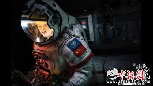 图为《流浪地球》官方宣传海报之一。 钟欣 摄