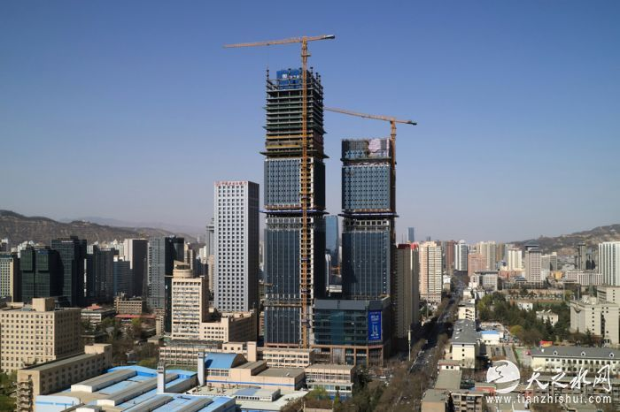 即将封顶的盛达金融广场楼体。 贾笑云 摄IMG_0618