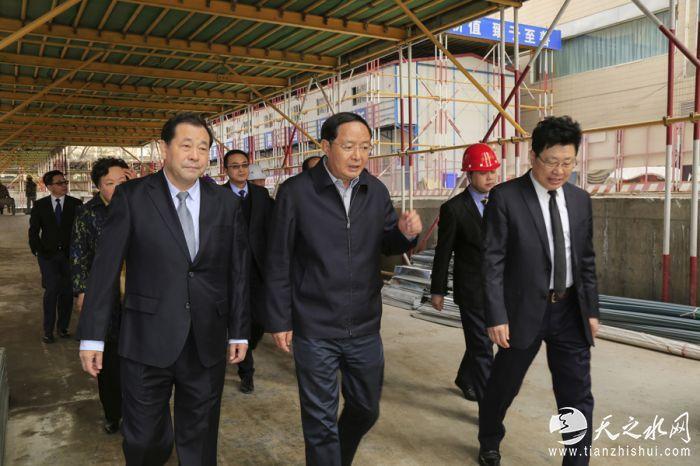 欧阳坚一行在赵满堂董事长的陪同下来到即将封顶的盛达金融广场参观。 贾笑云 摄_MG_3550