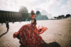 行为艺术家万?#21697;?#22312;法国巴黎卢浮宫走秀(天之水网组图)