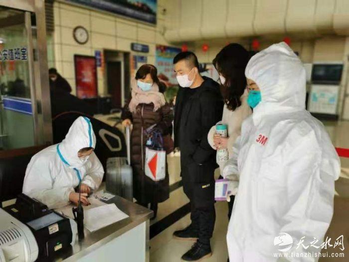 医护人员对旅客体温和出行情况进行登记.jpg