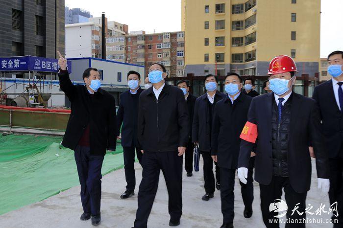 _MG_2763 趙滿堂董事長給歐陽堅主席一行介紹盛達金融廣場建設情況。 賈笑云 攝
