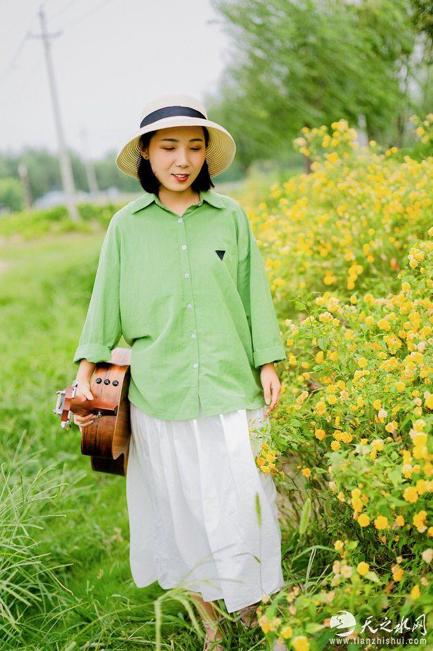 nEO_IMG_音乐人刘下夏季写真大片曝光,文艺少女尽显青春活力