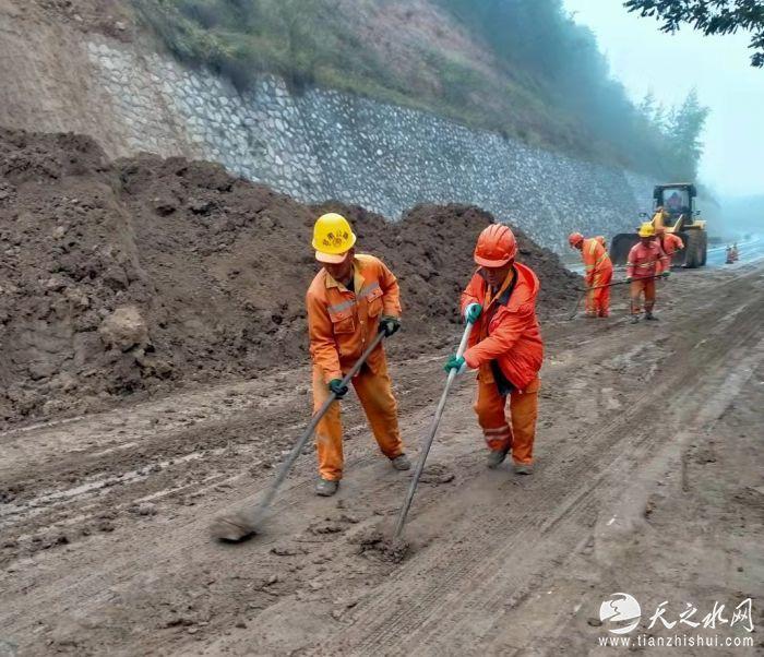 10月12日国道247线塌方抢修照片 (7)